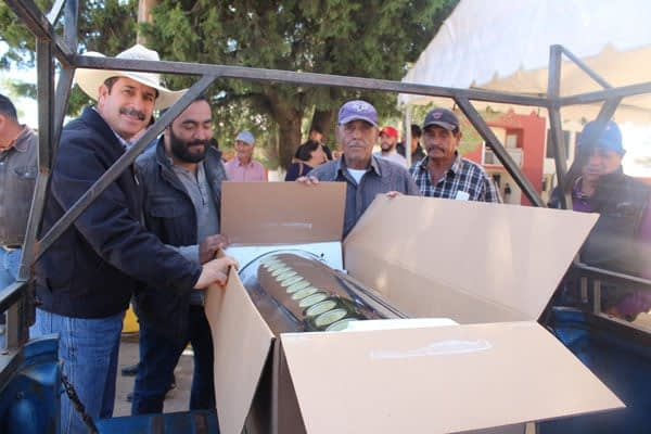 Buscando impulsar la energía solar; Alcalde Jaime Torres hace entrega de calentadores solares