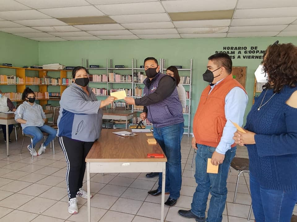 ENTREGA DE BECAS PARA ADULTOS QUE TERMINARON PRIMARIA Y SECUNDARIA EN ICHEA
